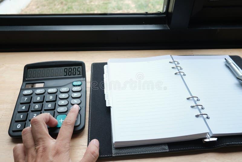 comptable, budget calculateur d'inspecteur financier sur le lieu de travail images libres de droits