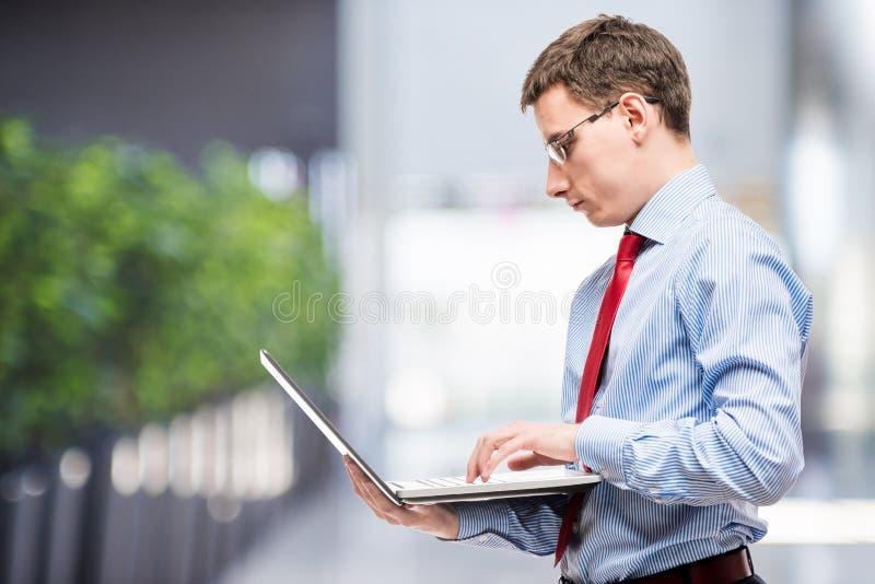 Comptable chef avec l'ordinateur portable et espace laissé photos stock