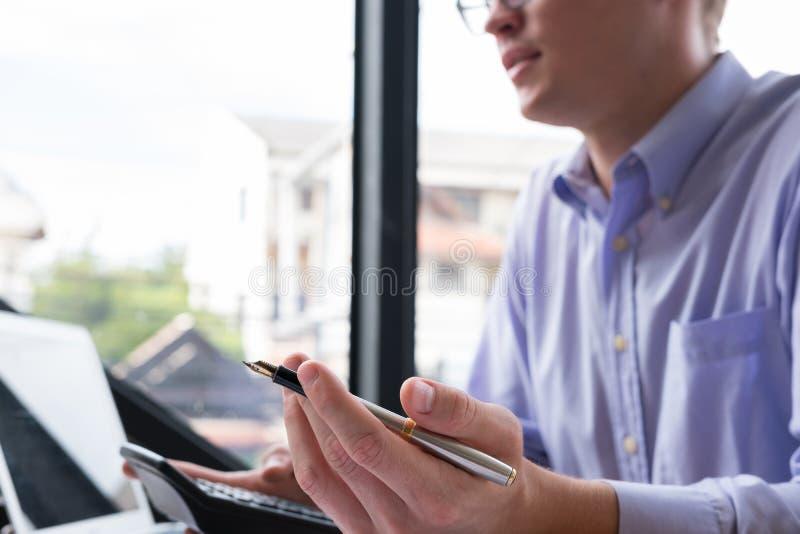 Comptable comptant avec la calculatrice au bureau homme d'affaires analy photographie stock libre de droits