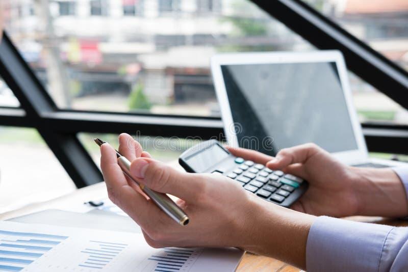 Comptable comptant avec la calculatrice au bureau homme d'affaires analy photographie stock