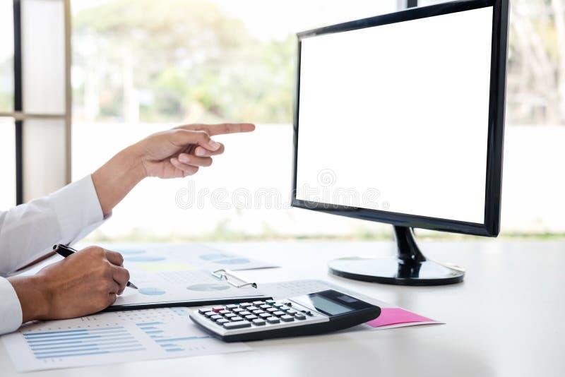 Comptable d'affaires ou banquier, femme d'affaires se dirigeant et analy photographie stock