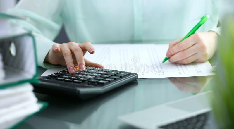 Comptable ou inspecteur financier rédigeant le rapport, calculant ou vérifiant l'équilibre Concept de service d'audit et d'impôts photographie stock libre de droits