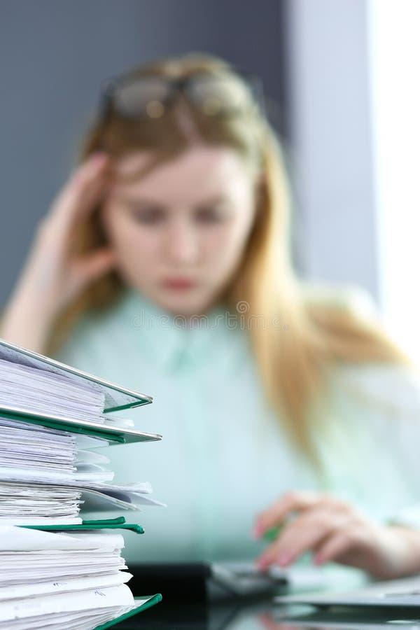 Comptable ou inspecteur financier rédigeant le rapport, calculant ou vérifiant l'équilibre Concept de service d'audit et d'impôts photos libres de droits