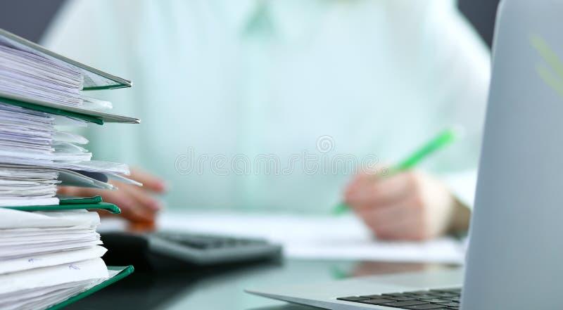 Comptable ou inspecteur financier rédigeant le rapport, calculant ou vérifiant l'équilibre Concept de service d'audit et d'impôts image stock