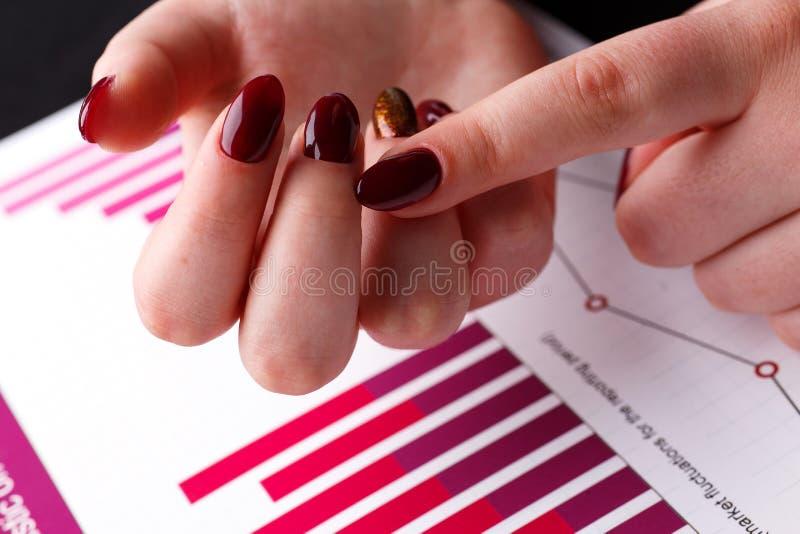 Compte femelle de bras sur le doigt tandis que résolvez et discutez le problème photographie stock
