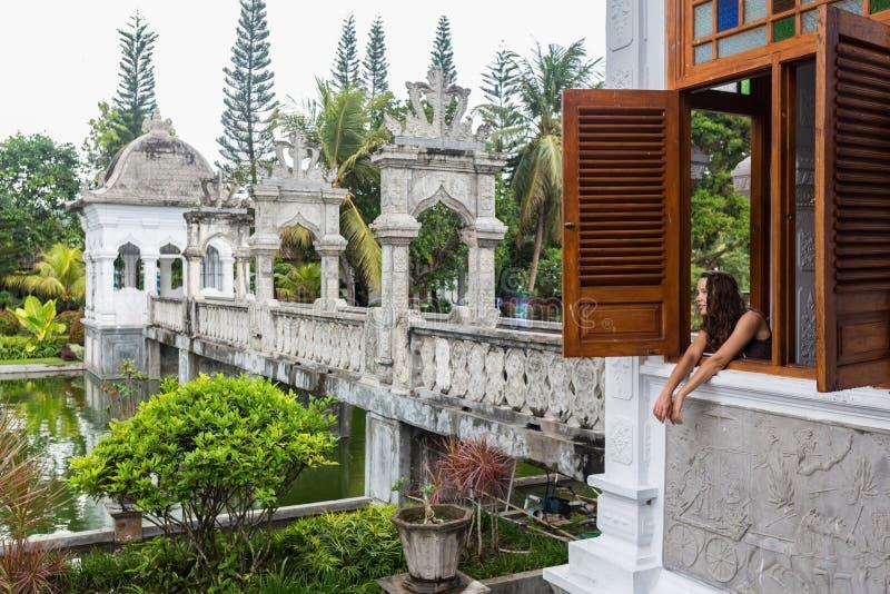 Compter se reposant de photographe de randonneur par la fenêtre apprécient la position japonaise de jardin position de caméra de  image stock