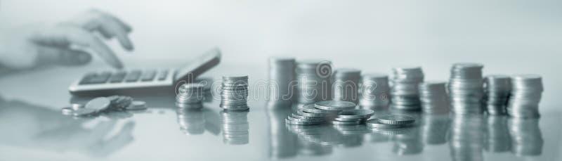 Comptes de femme d'affaires sur un fond de calculatrice des pièces de monnaie photos libres de droits