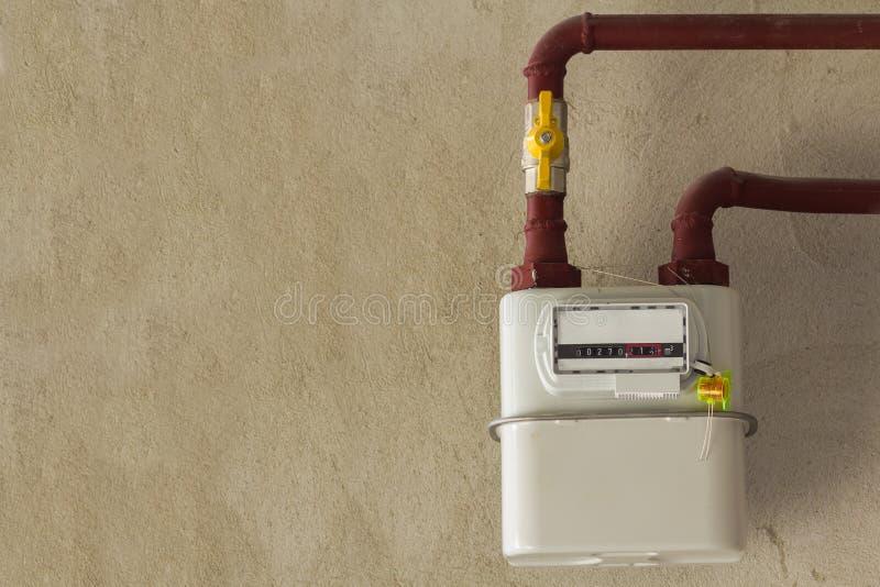 Compteur à gaz dans une maison sous le renouvellement Compteur à gaz d'intérieur utilisé pour moi images libres de droits