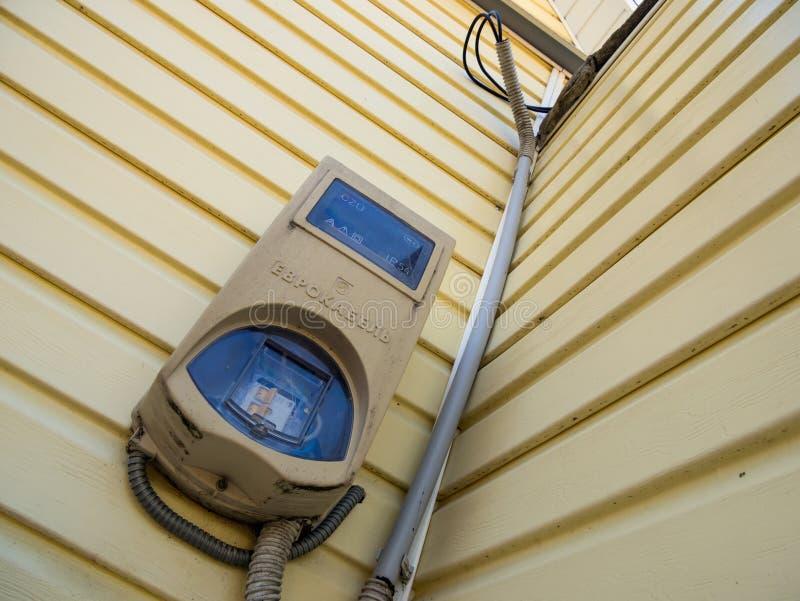 Compteur électrique dans la boîte protectrice sur le mur de la maison photos stock