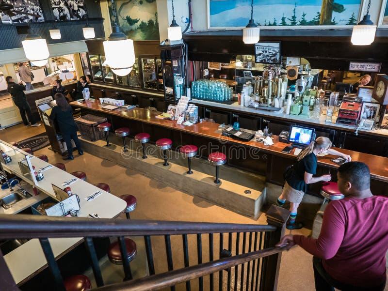 Compteur athénien de restaurant vu du balcon, public de place de Pike image libre de droits