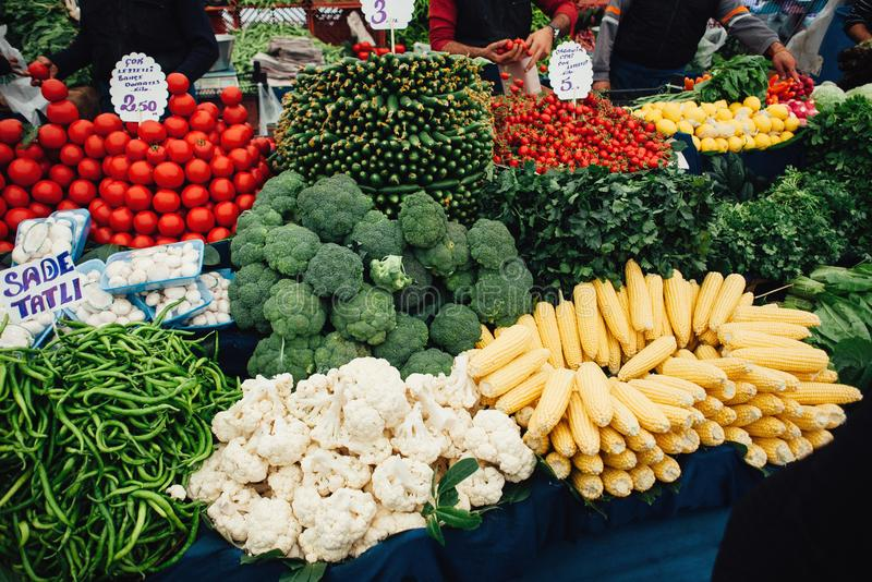 Compteur avec le brocoli, le maïs, les concombres, les tomates, le poivron vert et le persil frais sur le marché de nourriture à  image stock