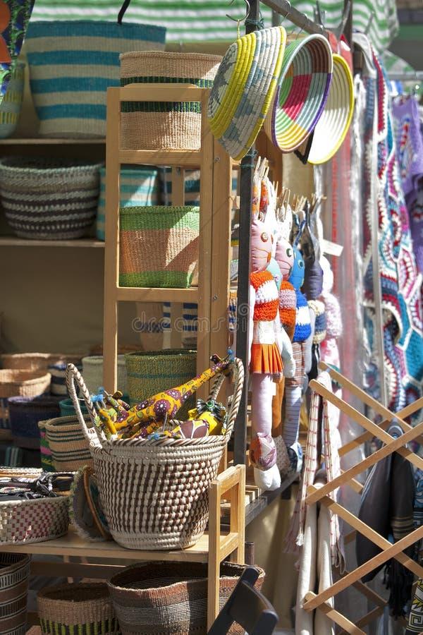 Compteur avec les jouets piqués, choses du ` s d'enfants à vendre sur le marché local sur samedi après-midi sur le marché de rout photos stock