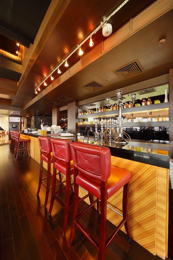 Compteur de bar dans le restaurant confortable vide photographie stock