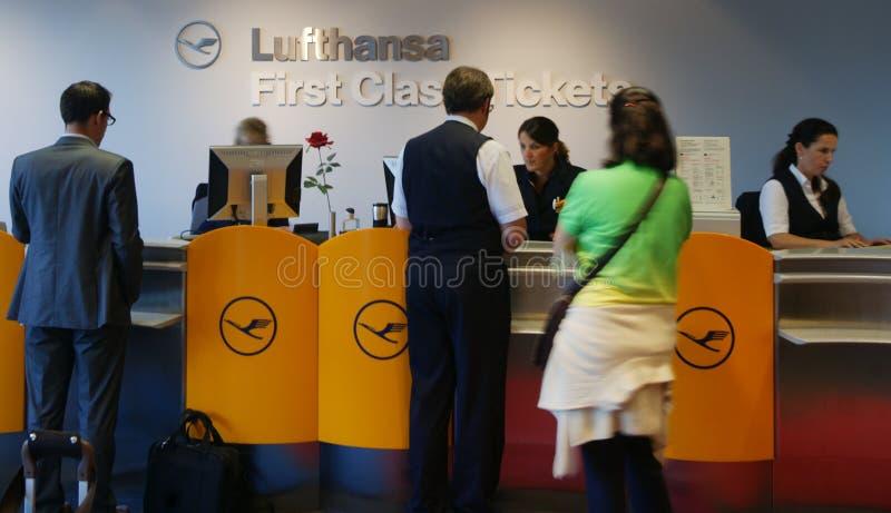Compteur de billet de première classe de Lufthansa image libre de droits