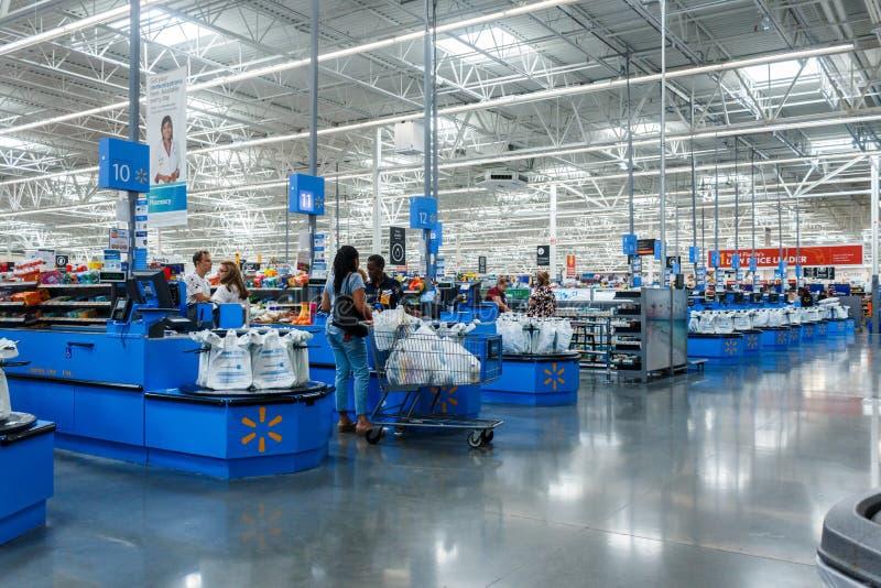 Compteur de caissier à Walmart Walmart inc. est une soci?t? au d?tail multinationale am?ricaine images libres de droits