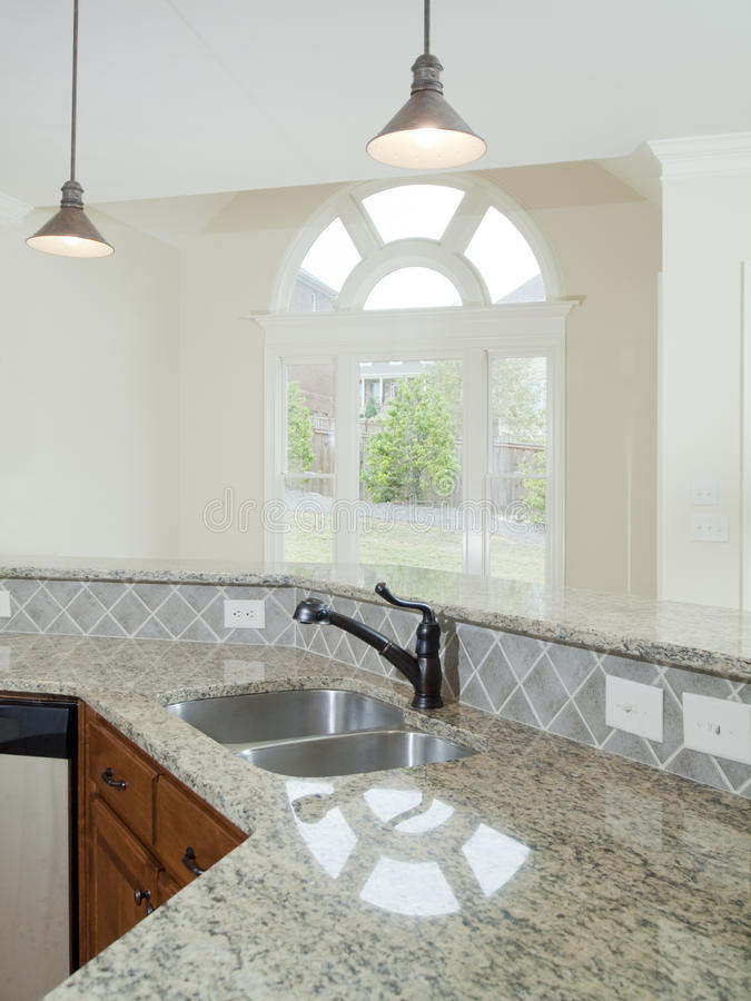 Compteur de cuisine intérieur à la maison de luxe modèle photos libres de droits