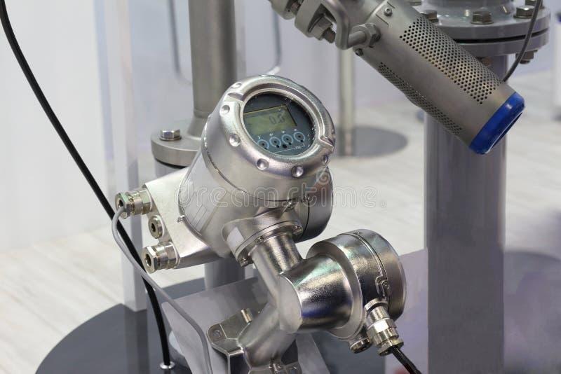 Compteur de débit ultrasonique de mortaise pour mesurer l'écoulement des liquides et de doser de chaleur photographie stock libre de droits
