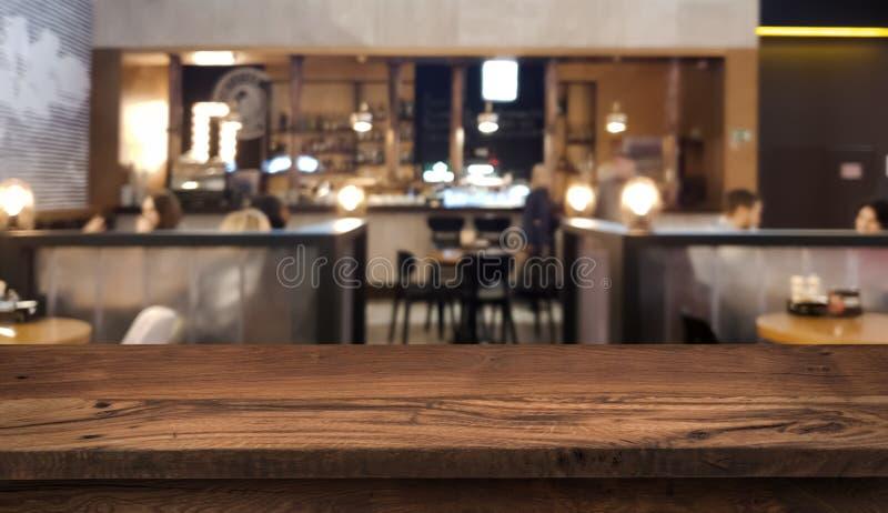 Compteur de dessus de Tableau avec le fond intérieur brouillé de personnes et de restaurant photos libres de droits