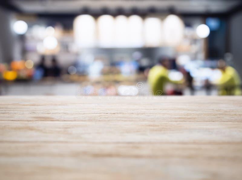 Compteur de dessus de Tableau avec le magasin de restaurant de personnes de tache floue s'allumant de retour photographie stock libre de droits