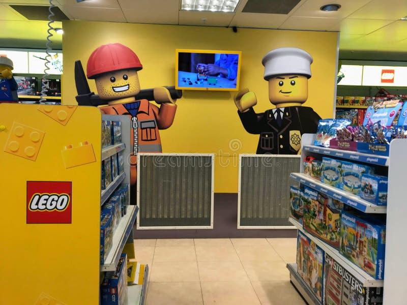 Compteur de LEGO dans le centre commercial image stock