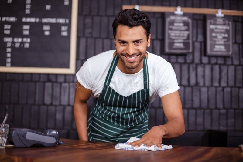 Compteur de sourire de nettoyage de barman photo libre de droits