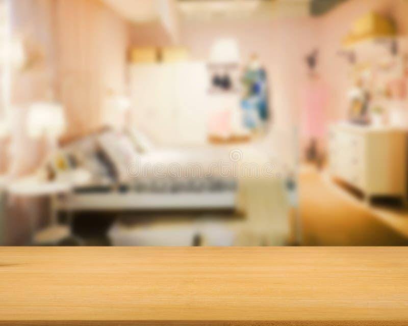 Compteur en bois avec le fond de chambre à coucher photos stock