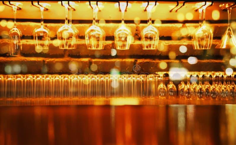 Compteur en bois d'affichage avec le verre de vin dans la barre au fond de nuit images libres de droits