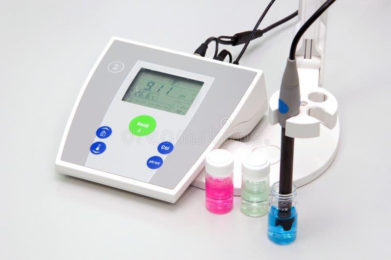 Compteur pH pour mesurer l'acidité-alcalinité image stock