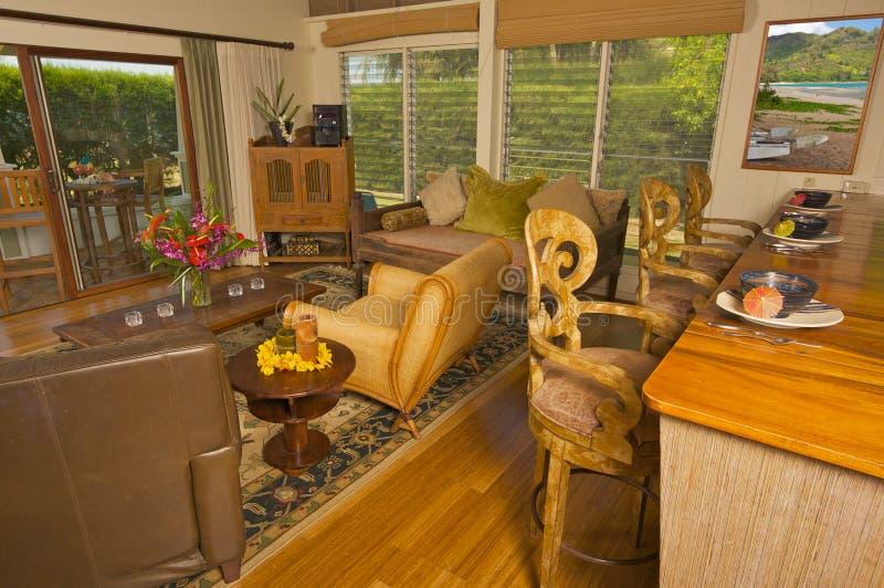 Compteur tropical de salle de séjour et en bois photographie stock libre de droits