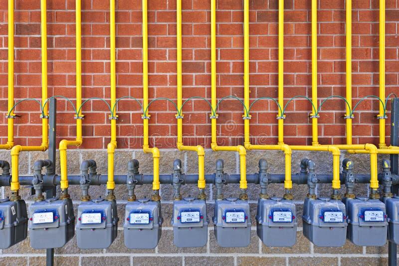 Compteurs à gaz sur le mur de briques photos libres de droits