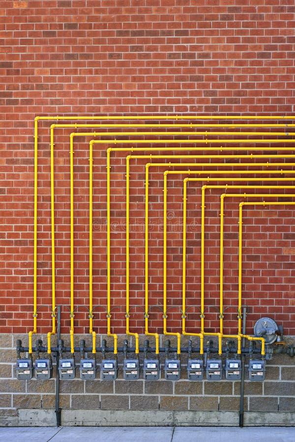 Compteurs à gaz sur le mur de briques photographie stock