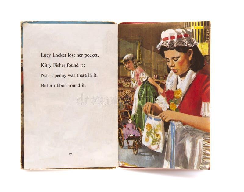 Comptine de pendentif de Lucy d'un vieux livre bien usé d'enfants sur un fond blanc photos stock