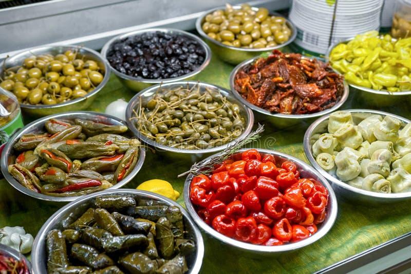 Comptoir à salades avec les casse-croûte marinés à froid dans des cuvettes en métal photo libre de droits
