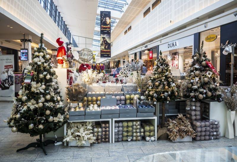 Comptoir commercial de Noël avec des arbres de Noël, des ampoules et le decoratio image stock