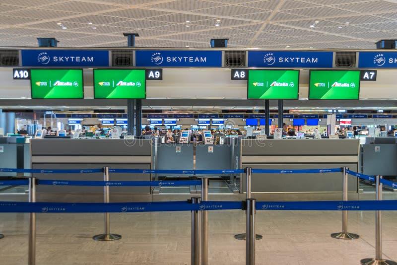 Comptoir d'enregistrement d'Alitalia à l'aéroport international de Narita images stock