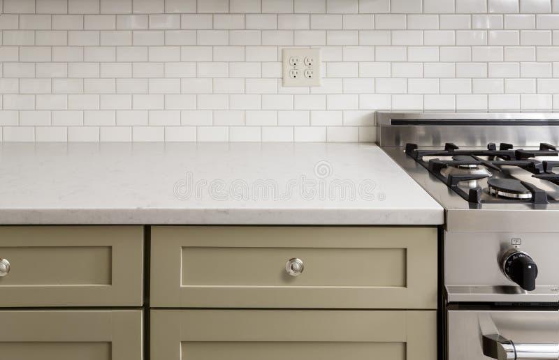 Comptoir de cuisine avec la tuile, fourneau de four d'acier inoxydable, SH images stock