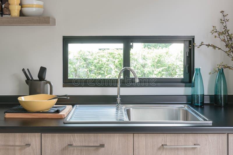 comptoir de cuisine en bois avec le granit noir sur le dessus image stock image du plaque. Black Bedroom Furniture Sets. Home Design Ideas