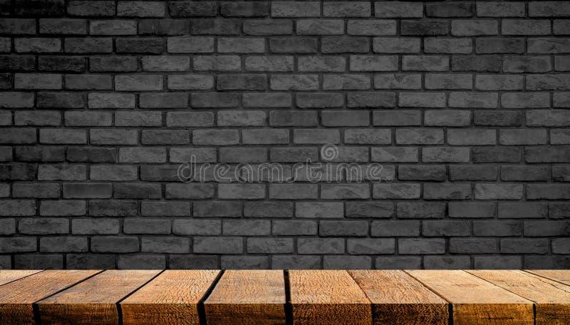 Comptoir de table en bois vide avec espace de copie pour la publicité en arrière-plan et en arrière-plan avec mur en briques noir photos libres de droits