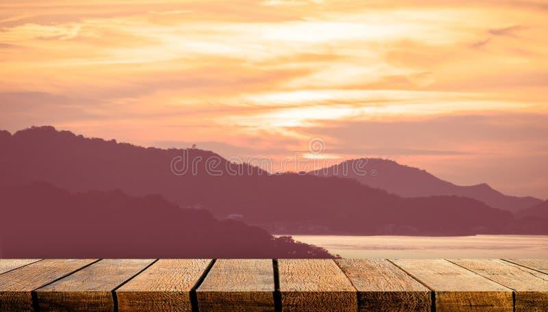 Comptoir de tablette en bois vide avec espace de copie pour la publicité arrière-plan et arrière-plan avec ciel d'île de soleil o images libres de droits