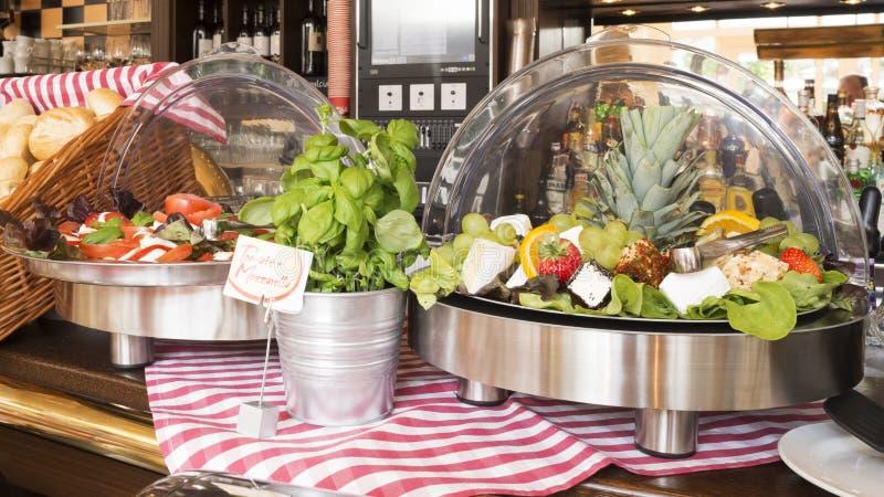 Comptoir salades de libre service photo stock image du - Le comptoir de l industrie ...