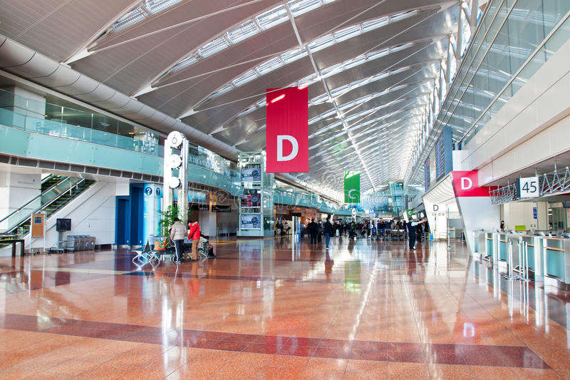 Comptoirs d'enregistrement dans l'aéroport international de Tokyo photo libre de droits
