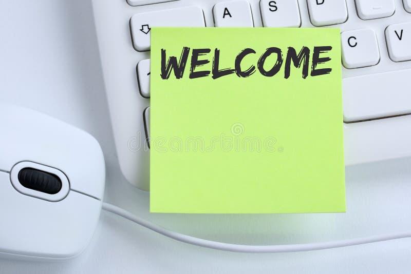 Compu novo bem-vindo dos imigrantes do refugiado dos refugiados do colega do empregado foto de stock royalty free