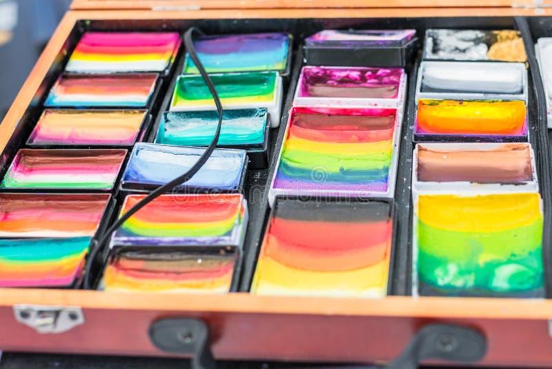 Compuesto con muchos colores diferentes en una caja de madera, Alemania fotografía de archivo