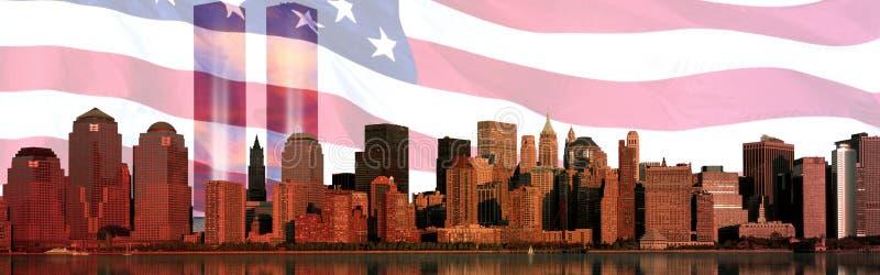 Compuesto de Digitaces: El horizonte de Manhattan, bandera americana, World Trade Center enciende el monumento imagenes de archivo
