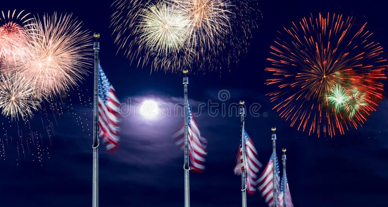 Compuesto de fuegos artificiales sobre la fila de las banderas de los E.E.U.U. para el Día de la Independencia imagen de archivo