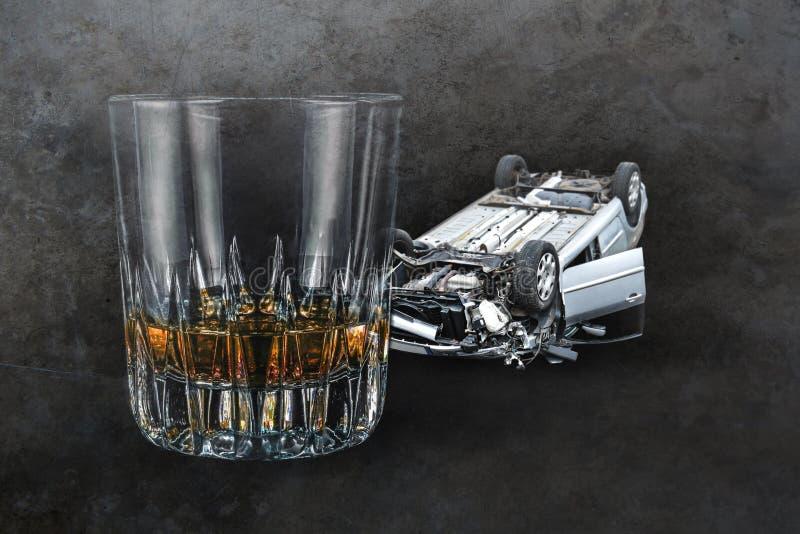 Compuesto del whisky de la bebida del alcohol de cristal y del coche estrellado arruinado en la representación del fondo del grun foto de archivo libre de regalías