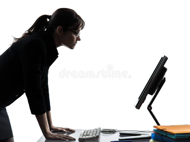 Computación del ordenador de la mujer de negocios seria fotos de archivo