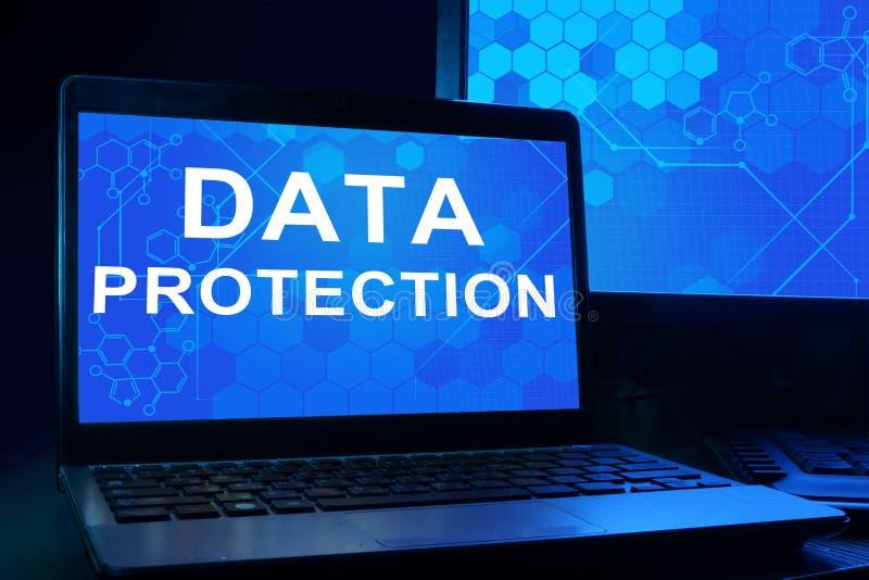Computador com proteção de dados das palavras ilustração stock