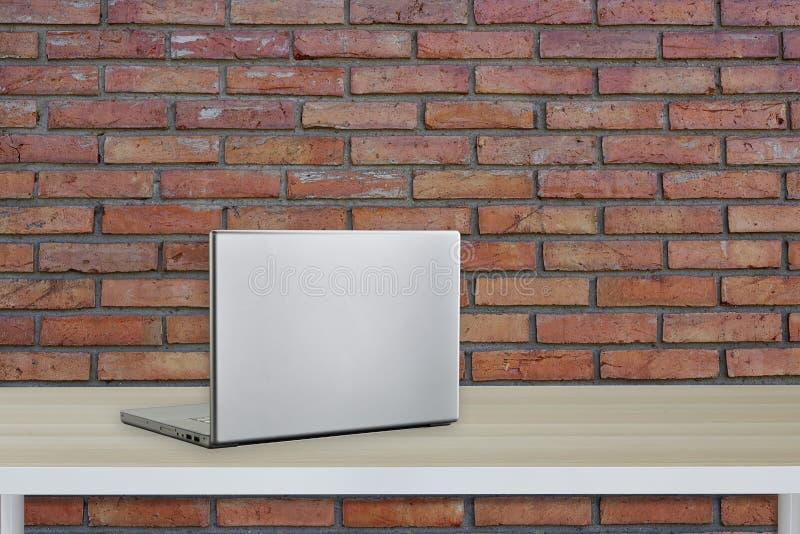 Computador com a tela preta na tabela do escritório fotos de stock royalty free