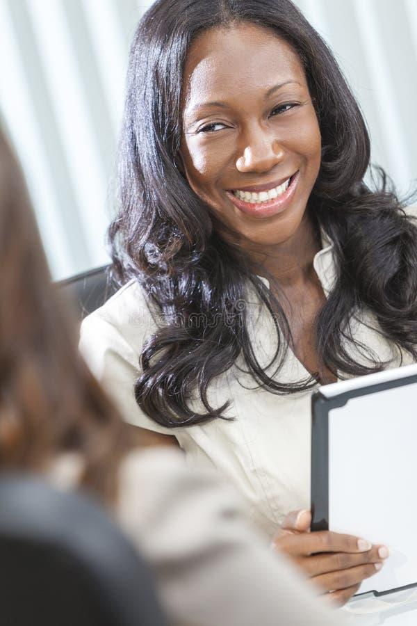 Computador da tabuleta da mulher de negócios do americano africano imagens de stock